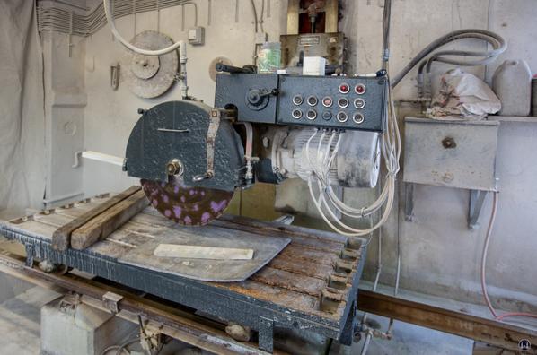 Maschine für den Zuschnitt von Grabsteinen.