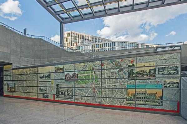 Bahnhof Potsdamer Platz. Fotowand zur Geschichte des Platzes.
