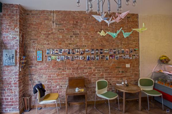Café 7 Schwestern, Berlin - Gneisenaustraße. Blick auf den Tisch mit der Nähmaschine.
