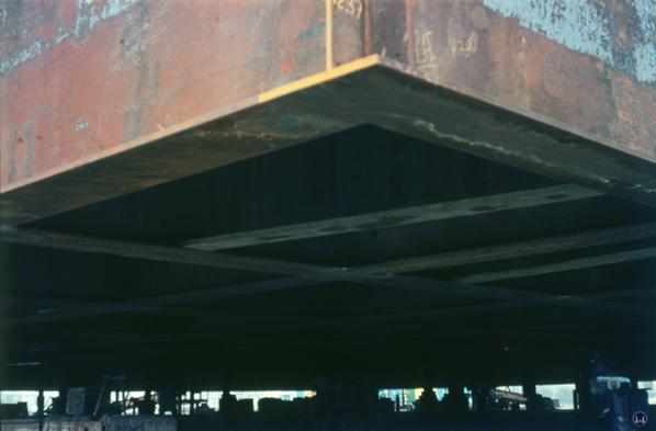 Blick auf die Unterseite des noch nicht angehobenen Daches.