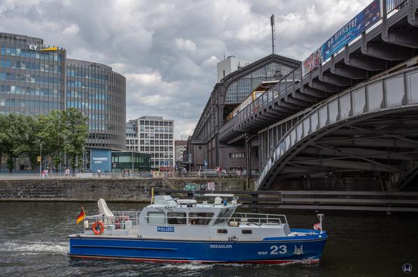 Das Wasserschutzpolizeiboot Seeadler vor dem Tränenpalast in Berlin.