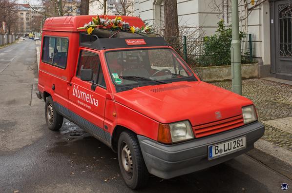 Blumelinas Lieferwagen - auffällig durch das Gesteck auf dem Dach.