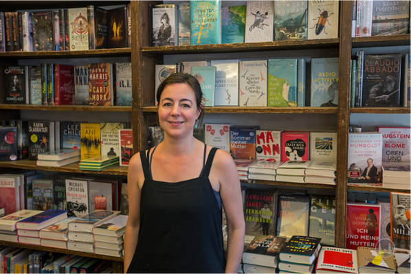 Die Inhaberin Lina Hilsing der Lichtenrader Bücherstube
