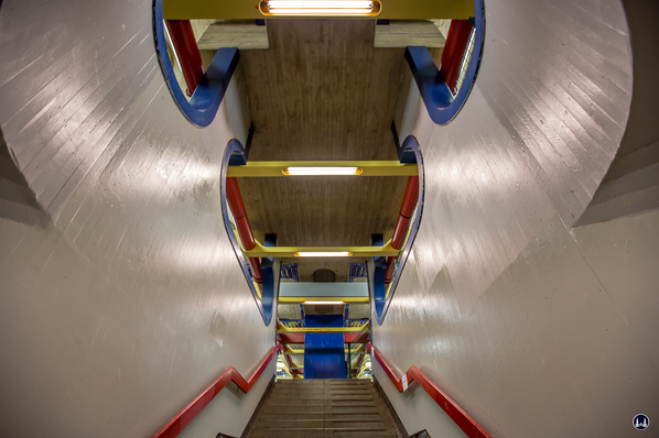 Das Ensemble U - Bahnhof Schloßstraße. Treppenaufgang in Bahnsteigmitte.