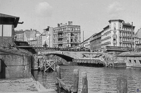 Wiederaufbau der Kottbusser Brücke. Legung der ersten Brückenbögen.