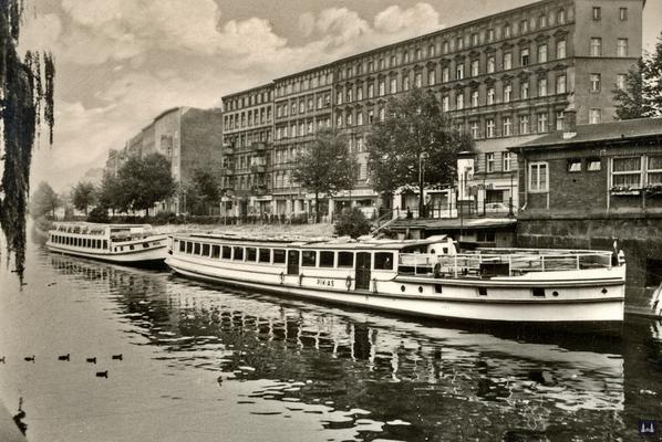 Blick zum Maybachufer und den Schiffen der Reederei Schmidt.