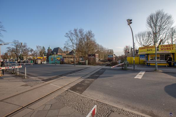 Der Bahnhof Lichtenrade. Alter Bahnübergang und der Maximilian - Currywurststand.