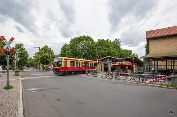 Der Bahnhof Lichtenrade. Bahnübergang mit alter Schrankenanlage.