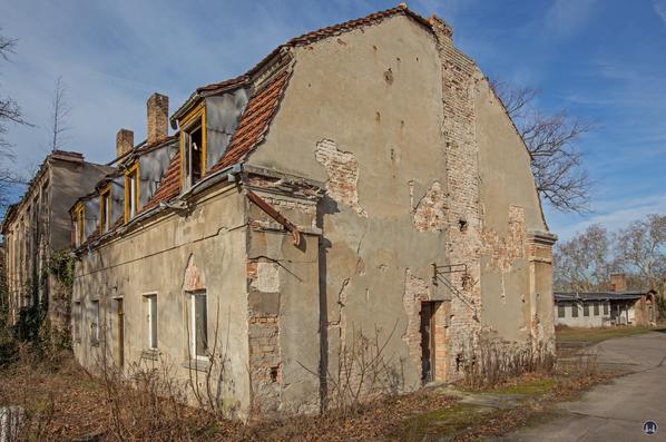 Historischer Gutshof Schloss Dahlewitz. Rechter Seitenflügel. Fassade der Stirnseite.
