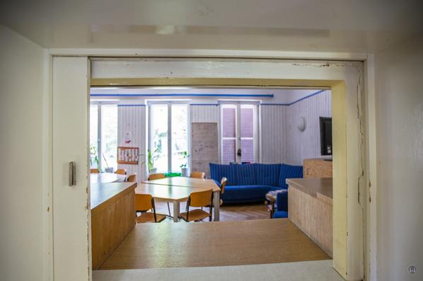 Lortzingclub in Berlin - Lichtenrade. Durchreiche von der Küche zu den Zimmern an der Gartenseite.