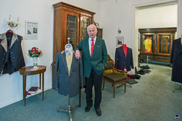 Der Schneider der Stars. Günter Adam insenem Atelier mit einem Anzug für Max Raabe.