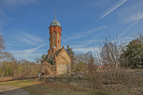 Historischer Gutshof Schloss Dahlewitz. Blick auf den Wasserturm. Seitlich die Fläche der ehemals angrenzenden, im Krieg zerstörten Gebäude.