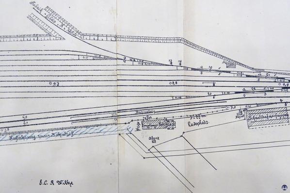 Gleisplan des Militärbahnhofs Marienfelde mit dem eingezeichneten ehe, Empfangsgebäude. Zu sehen auch der Schuppen für die Triebwagen der Schnellfahrversuche.