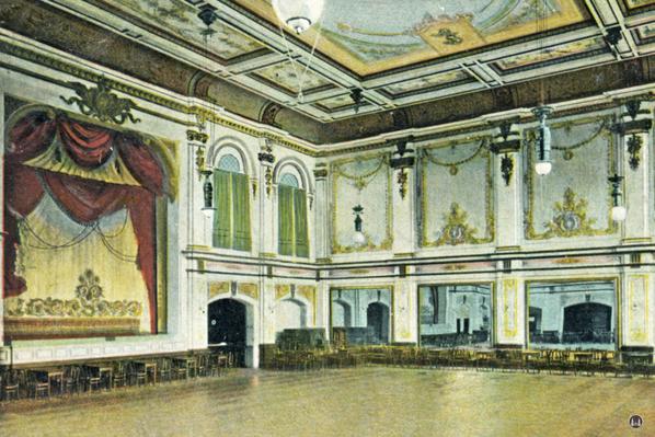 Das Tempelhofer Tivoli an der Friedrich - Karl - Straße. Der Tanzsaal mit Theaterbühne.
