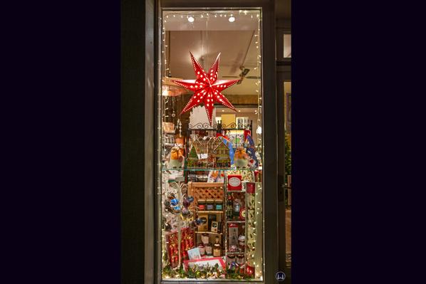 Das Broken English in Berlin - Kreuzberg, Körtestraße 10. Weihnachtsfenster I.
