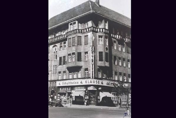 """Taut-Haus Kottbusser Damm Ecke Bürknerstraße. Foto der Kottbusser Klause und des """"Atelier 13"""" von 1961."""