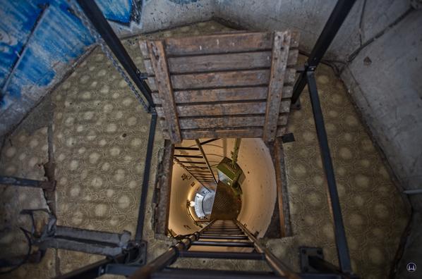 Blick von der Wachkanzel nach unten zum Turmsockel.