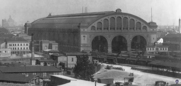 Blick auf das Vorfeld des Anhalter Bahnhofs