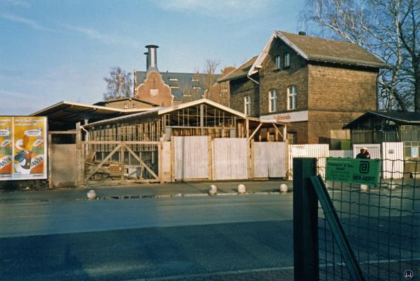 Der Bahnhof Lichtenrade. Umbau 1984. Öffnung des Bahnsteig - Schutzhäuschens zur Bahnhofsstraße hin.