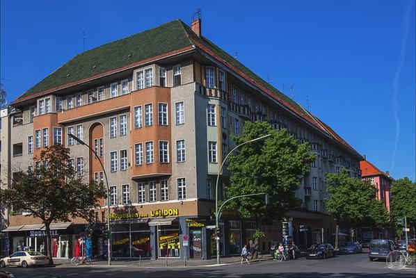 Bruno Taut Haus Berlin-Neukölln. Eckhaus an der Bürkner- und Spremberger Straße sowie dem Kottbusser Damm.