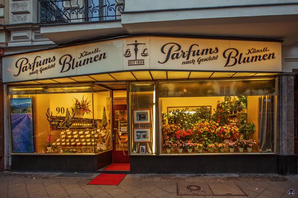 Parfums nach Gewicht in der Berliner Kantstraße. Schaufenster am Abend.