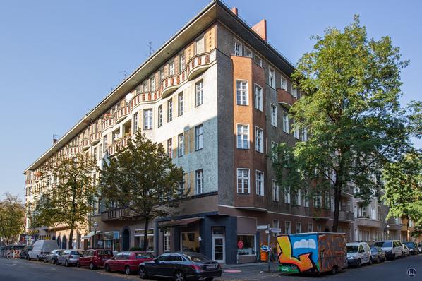 Taut-Haus Kottbusser Damm Ecke Bürknerstraße. Fassadenansicht der Ecke zur Spremberger Straße.