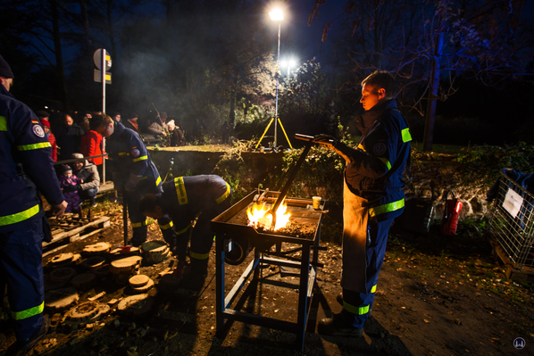 Auf dem Weihnachtsmarkt in Berlin - Lichtenrade präsentierte sich auch das THW. Mit Brandeisen werden Holzscheiben markiert