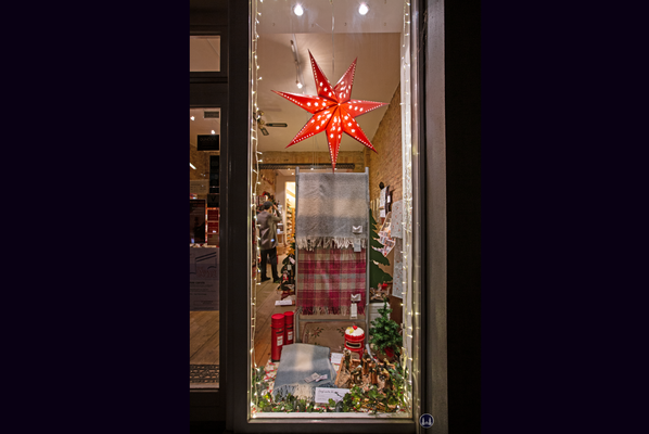 Das Broken English in Berlin - Kreuzberg, Körtestraße 10. Weihnachtsfenster II.