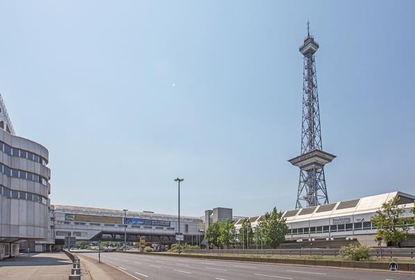 Das International Congress Centrum (ICC) Berlin. Brückenbauwerk über den Messedamm.