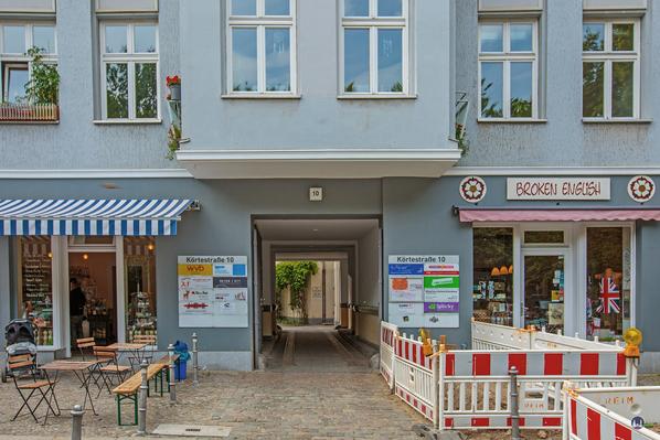 Gewerbehof Körtestraße 10 in Berlin - Kreuzberg. Toreinfahrt in den Hof im Jahre 2015.
