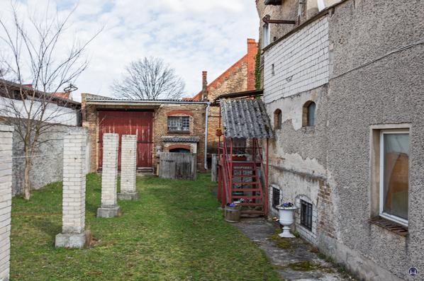 Historischer Gutshof Schloss Dahlewitz. Blick auf den Lokschuppen.