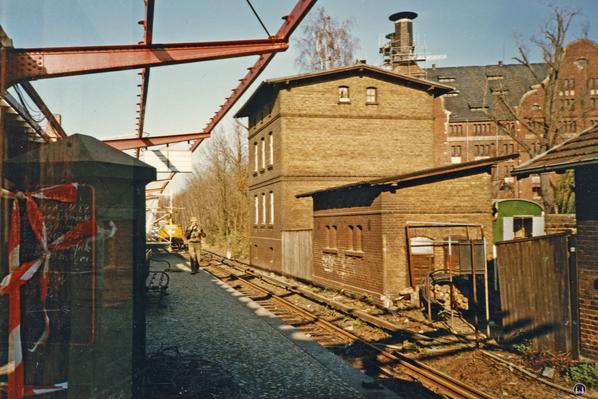 Der Bahnhof Lichtenrade. Umbau 1984. Blick den Bahnsteig entlang auf die alten Bahnhofsgebäude.
