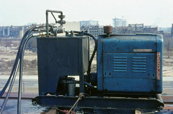 Ölpumpe der Hydraulikanlage auf dem Dach der Neuen Nationalgalerie.