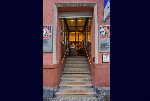 Kurmark-Apotheke an der Kurfürstenstraße in Berlin-Schöneberg. Der Treppenaufgang.