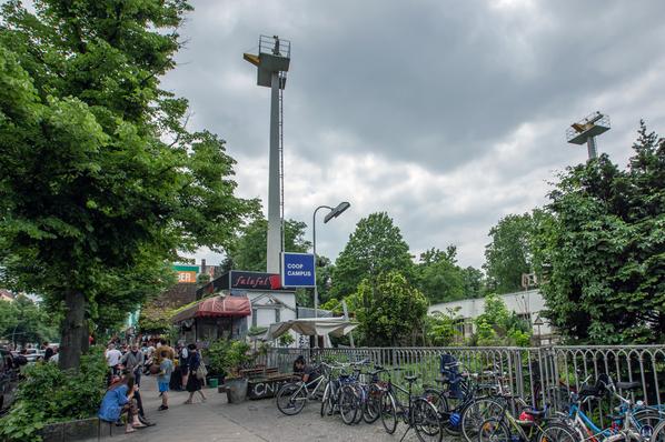 Der Zauberkönig in Berlin - Neukölln. Blick auf die gesamte Ladenzeile an der Hermannstraße.