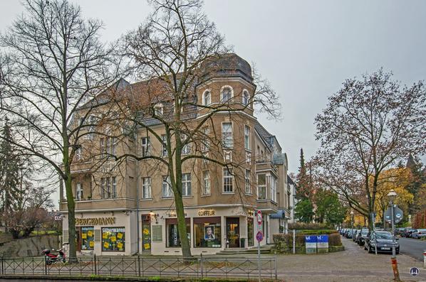 Bergemann Besteck- und Silberwaren. Berlin Lichterfelde West, Drakestraße. Außenansicht mit Coiffeur Sascha Lichtner