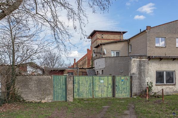 Historischer Gutshof Schloss Dahlewitz. Alte Einfahrt zum Lokschuppen.