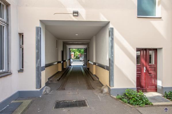 Gewerbehof Körtestraße 10 in Berlin - Kreuzberg. Blick vom 1. Hof durch die Toreinfahrt auf die Körtestraße.