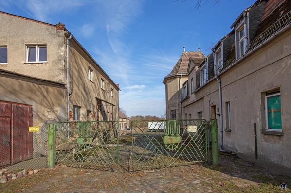 Historischer Gutshof Schloss Dahlewitz. Hofeinfahrt.