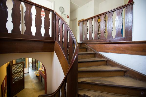 Lortzingclub in Berlin - Lichtenrade. Treppe zum Obergeschoss.