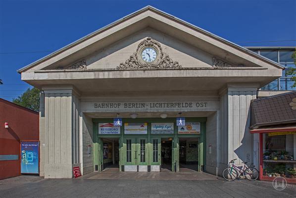Stellwerk Lio in Berlin Lichterfelde - Ost. Bahnhofsportal.