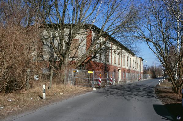 Die Königliche Militär-Eisenbahn. Der Güterschuppen der Fa. Metz & Co. in Marienfelde vor dem Abbruch 2003.