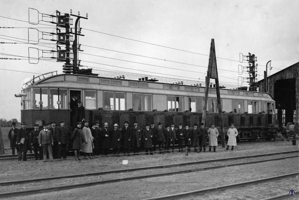 """Die Königliche Militär-Eisenbahn. Versuchstriebwagen """"S"""" vor dem Schuppen in Marienfelde."""