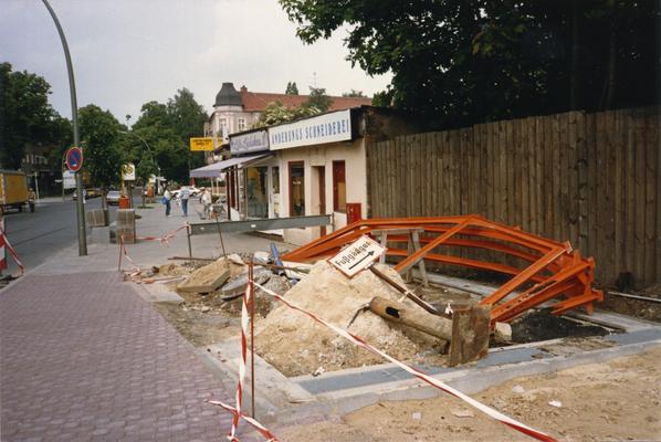 Der Bahnhof Lichtenrade. Umbau 1984. Wiederaufbau eines der Schutzhäuser nach Entfernung der Treppenanlage.