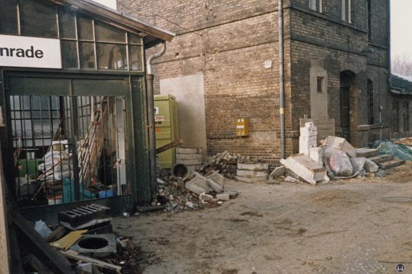 Der Bahnhof Lichtenrade. Umbau 1984. Das rechte Schutzhäuschen noch mit den alten Eingangstüren.