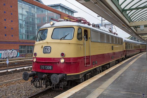 Luxuszug Rheingold, TEE. Lok Baureihe E 10.12 im Ostbahnhof.