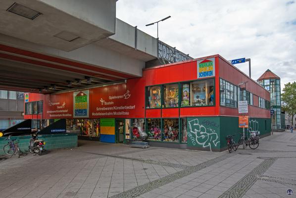 Das Ensemble U - Bahnhof Schloßstraße. Erweiterungsteil des Spielwarenladens.