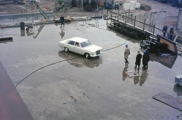 Mies van der Rohe ist mit dem Auto zur Baustelle aus Anlass des Richtfestes gefahren worden.