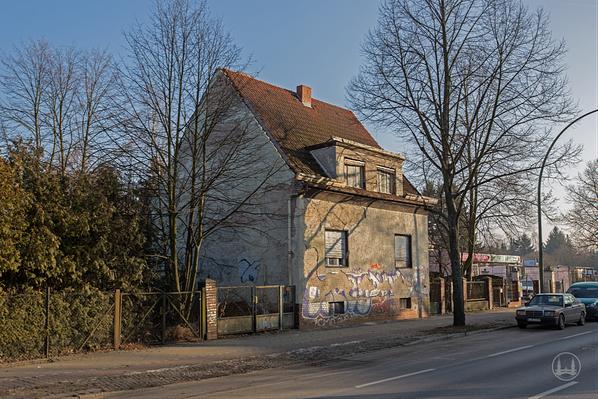 Das Geisterhaus vom Lichtenrader Damm in Berlin. Blick auf die Garteneinfahrt.