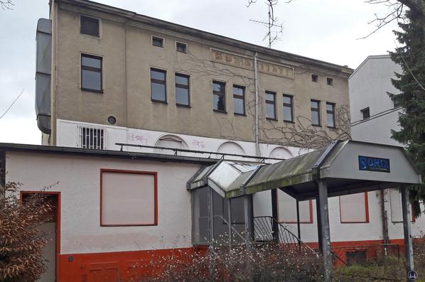 Das Gebäude des ehem. Jazz - Saloon (später PopInn) in der Ahornstraße in Steglitz kurz vor dem Abbruch.